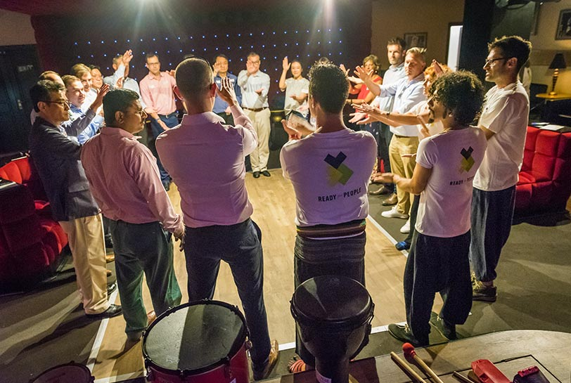 Por qué es tan efectivo el aprendizaje experiencial - Drum circle